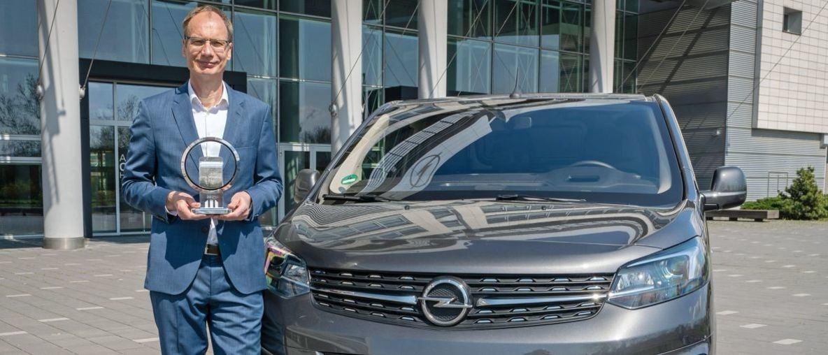 """Ο Michael Lohscheller Παραλαμβάνει το Βραβείο """"International Van of the Year"""" για το Νέο Opel Vivaro-e"""