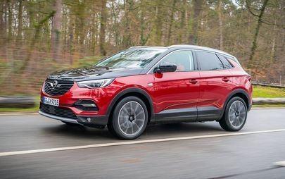 Το Opel Grandland X υιοθετεί ένα μπλε φως που δηλώνει την ηλεκτρική λειτουργία του
